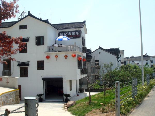 东山杨记农家乐位于江苏苏州吴中区东山镇丰圻,杨记农家乐创办于